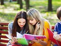 Estudiante del grupo con el libro al aire libre. Fotografía de archivo