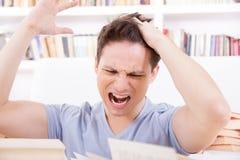 Estudiante descontento y trastornado con la mano en su cabeza Imagen de archivo