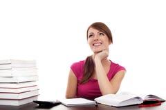 Estudiante detrás de la sonrisa del escritorio Imagenes de archivo