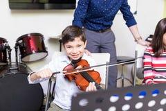 Estudiante Developing His Hobby de tocar el violín imagen de archivo