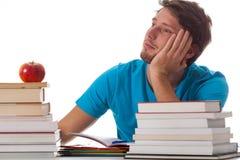 Estudiante distraído en biblioteca Imagen de archivo libre de regalías