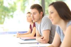 Estudiante distraído en la sala de clase Foto de archivo