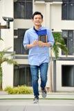 Estudiante diverso joven And Happiness Walking del muchacho fotografía de archivo