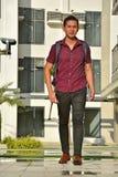 Estudiante diverso joven hermoso With Notebooks Walking del muchacho en campus fotos de archivo libres de regalías