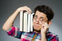 Estudiante divertido con muchos libros Foto de archivo libre de regalías