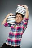Estudiante divertido con muchos libros Imagen de archivo