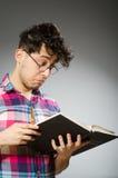 Estudiante divertido con muchos libros Foto de archivo
