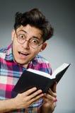 Estudiante divertido con muchos libros Fotografía de archivo libre de regalías