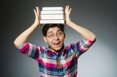 Estudiante divertido con muchos libros Fotos de archivo