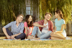 Estudiante divertido que se relaja en el parque Imagen de archivo