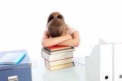 Estudiante dormido en una pila de libros Foto de archivo libre de regalías