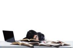 Estudiante dormido mientras que estudia el tiempo 1 Imágenes de archivo libres de regalías