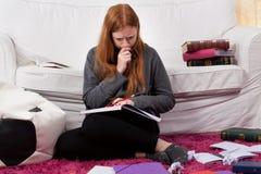 Estudiante durante la sesión del examen en casa Imagenes de archivo