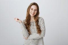 Estudiante educado encantador que habla ocasional con el compañero en pasillo de la universidad Retrato de la chica joven content Fotografía de archivo libre de regalías
