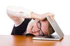 Estudiante elegante que se sienta con el ordenador portátil aislado encendido Imagenes de archivo