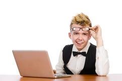 Estudiante elegante que se sienta con el ordenador portátil aislado encendido Fotos de archivo