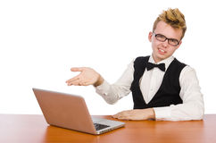 Estudiante elegante que se sienta con el ordenador portátil aislado encendido Foto de archivo