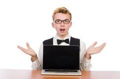 Estudiante elegante que se sienta con el ordenador portátil encendido Fotografía de archivo