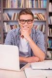 Estudiante elegante y confiado imagen de archivo libre de regalías