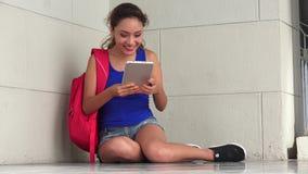Estudiante emocionado With Tablet de la diversión almacen de metraje de vídeo