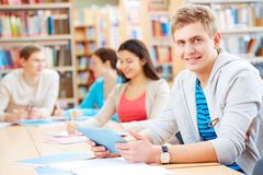 Estudiante en biblioteca Fotografía de archivo libre de regalías
