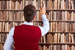 Estudiante en biblioteca imagen de archivo libre de regalías