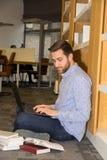 Estudiante en biblioteca Imagenes de archivo