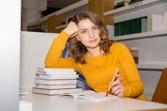 Estudiante en biblioteca Foto de archivo libre de regalías