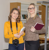 Estudiante en biblioteca Foto de archivo