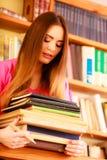 Estudiante en biblioteca de universidad foto de archivo libre de regalías