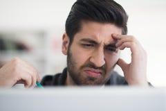 Estudiante en biblioteca escolar usando el ordenador portátil para la investigación Imagenes de archivo