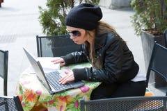 Estudiante en calle del café en ciudad vieja imagen de archivo