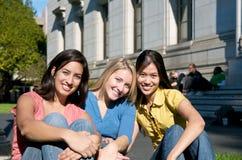 Estudiante en campus Imagen de archivo libre de regalías