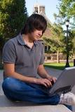 Estudiante en campus de la universidad Fotos de archivo libres de regalías