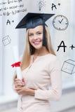 Estudiante en casquillo de la graduación con el certificado Imágenes de archivo libres de regalías