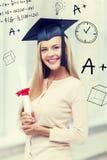 Estudiante en casquillo de la graduación con el certificado Fotografía de archivo