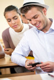 Estudiante en clase con el teléfono Foto de archivo libre de regalías