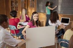 Estudiante en clase con la muestra en blanco Foto de archivo