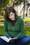 Estudiante en el parque Fotos de archivo libres de regalías