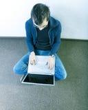 Estudiante en el pasillo Foto de archivo