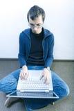 Estudiante en el pasillo Imagen de archivo libre de regalías