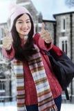 Estudiante en el suéter que da los pulgares-para arriba Imagenes de archivo