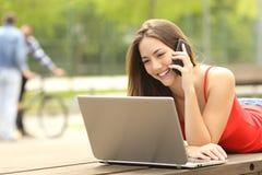 Estudiante en línea que llama el servicio de atención al cliente Foto de archivo libre de regalías