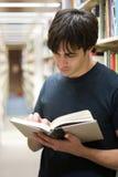 Estudiante en la biblioteca Fotos de archivo libres de regalías