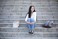 Estudiante en la calle con los libros Fotos de archivo