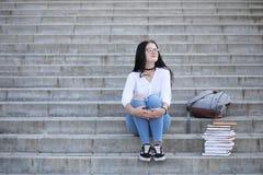 Estudiante en la calle con los libros Fotos de archivo libres de regalías