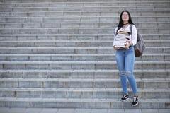 Estudiante en la calle con los libros Fotografía de archivo libre de regalías