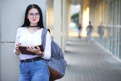Estudiante en la calle con los libros Foto de archivo libre de regalías