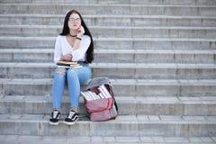 Estudiante en la calle con los libros Foto de archivo