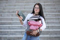 Estudiante en la calle con los libros Imagen de archivo libre de regalías